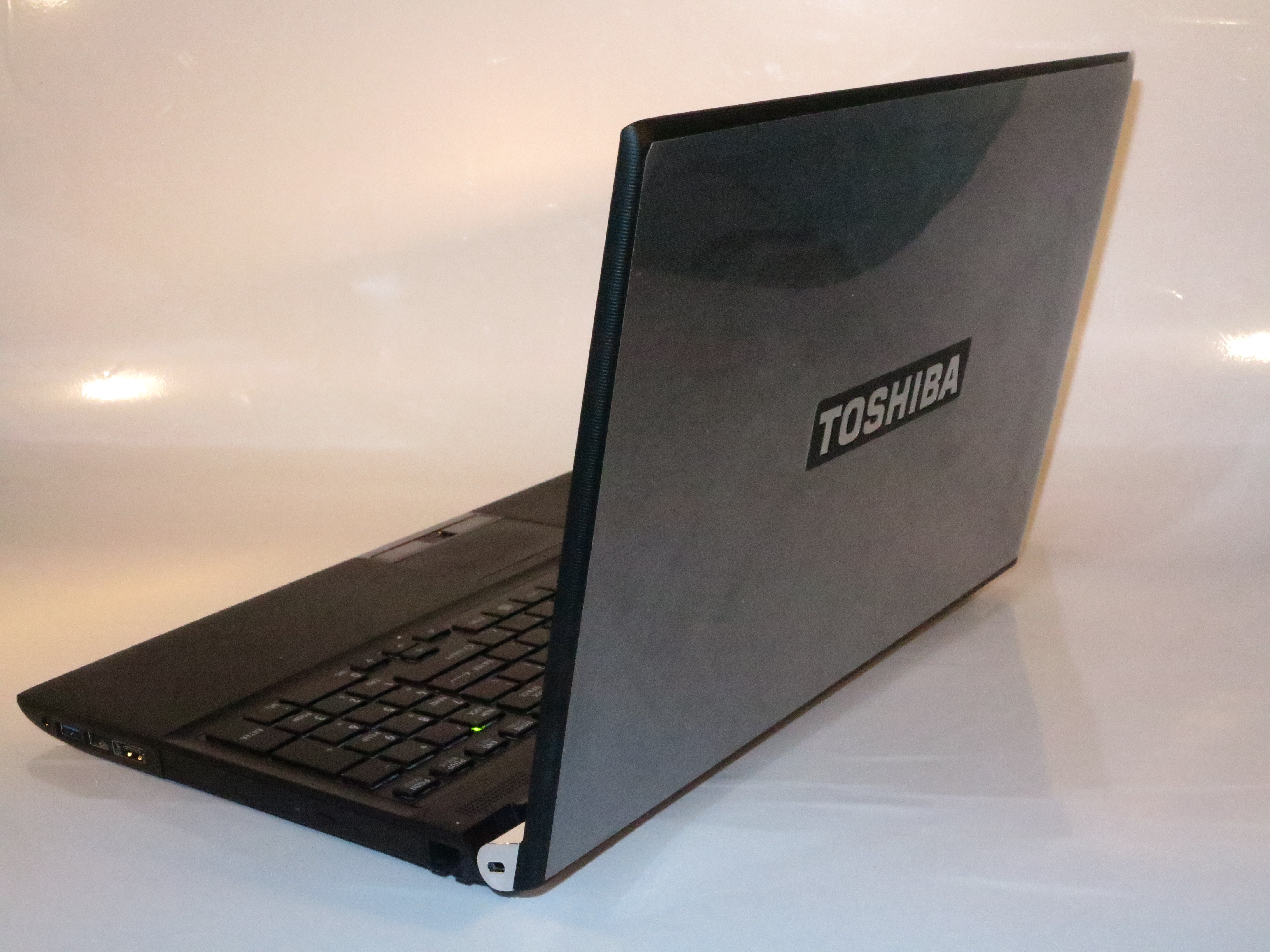 Toshiba Tecra R950 business laptop lid view