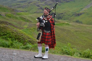 Highland Piper Creative Commons http://www.panoramio.com/photo/58988884