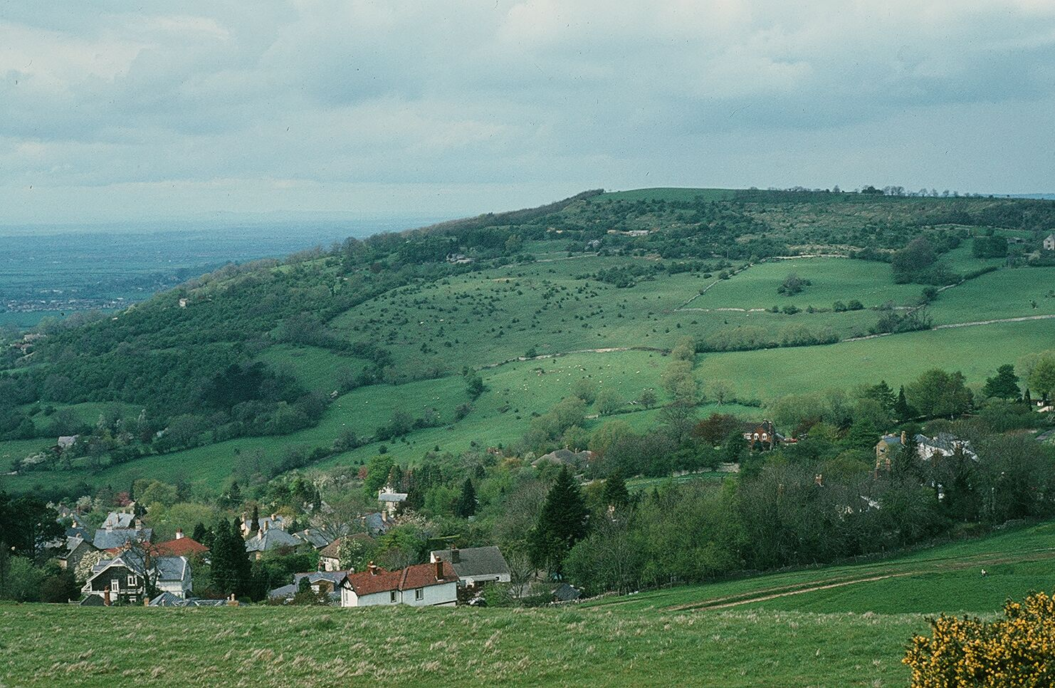 Cotswolds hill and village picture courtesy of Glenluwin (Own work) [CC BY-SA 3.0 (http://creativecommons.org/licenses/by-sa/3.0)], via Wikimedia Commons