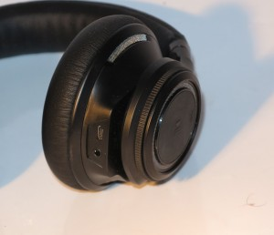 Plantronics BackBeat Pro headset - sockets